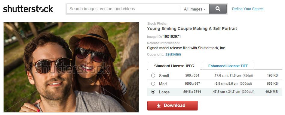 Mladý smejúci sa pár fotiaci svoj autoportrét